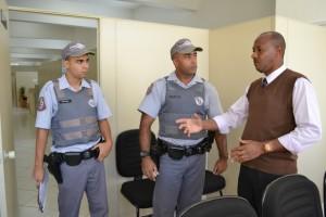 Tonho homenageia dupla de soldados que atua na Vila Santa Margarida