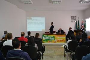Em pé, vereador Aurelio Alegrete apresenta projeto da Política Municipal de Resíduos Sólidos