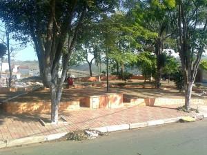 Vereador denuncia o descaso de moradores com praça pública no Jardim Figueiredo