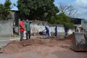 Trecho de rua tem prolongamento de rede de esgoto no Jardim Melilo