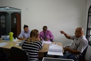 Vereador Roberto de Souza (1º dir) explica andamento da CEI do Samu