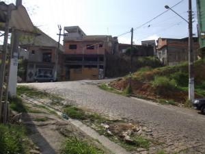 Vegetação e sujeira invadem calçadas no Jardim TV