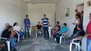 Vereador Luiz Tenório (1º esq em pé) ouve o secretário, Inha em reunião com moradores no São José