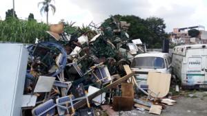 Entulhos e bens inservíveis em pátio da Prefeitura no Jardim do Papai