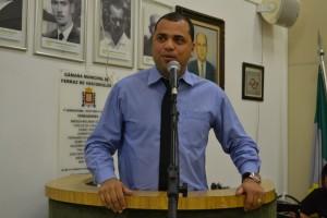 Vereador Quequê (PSDB) cobra fechamento de buracos no Jardim Pérola
