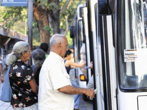 idosos-pegando-onibus-coletivo