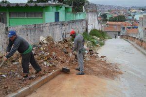 Por pedido do Profº Pedro, Executivo limpa calçada no Jardim TV