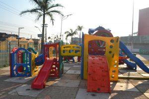 Brinquedos em praça oferecem risco de acidente contra crianças
