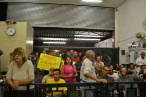 Grupo protesta contra o aumento da taxa de lixo