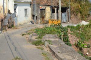 Prefeitura promete concluir muro de arrimo na Vila Cristina