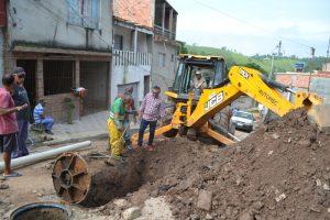 Neto Cambiri vistoria a manutenção de esgoto na Vila Cristina