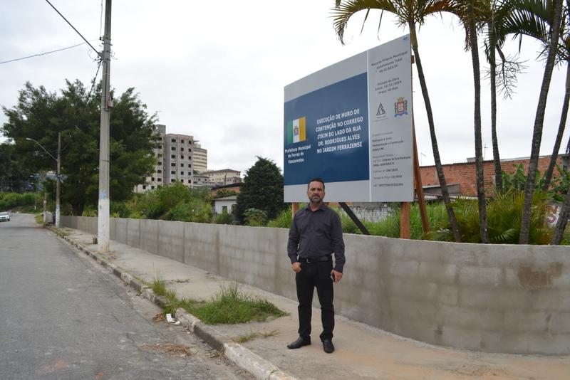 Prefeitura constrói muro de contenção do Córrego Ribeirão Itaim no Jardim Ferrazense
