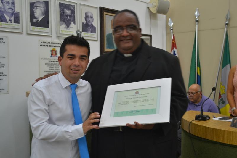 Por serviços relevantes, padre é agraciado com o título de cidadão ferrazense