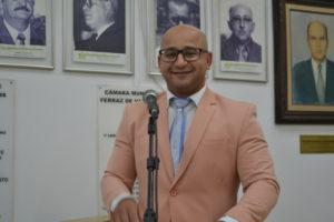 Eliel Fox prepara o título de cidadão ferrazense para o Dr. Luiz Antônio