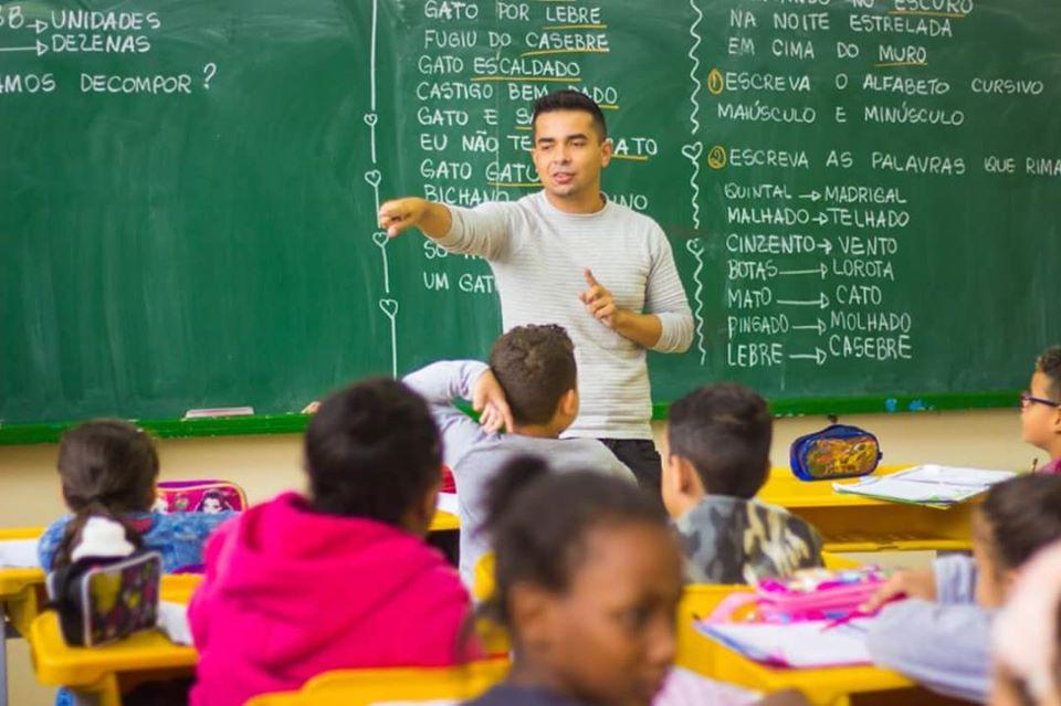 Renatinho também pressiona por distribuição do uniforme e do material escolar