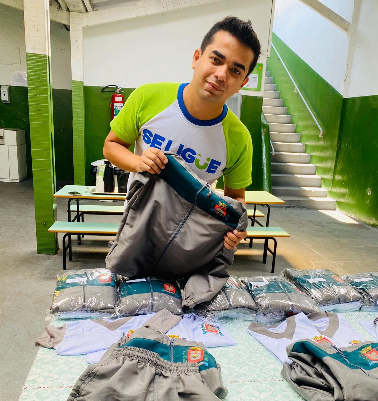 Após 4 anos de muita cobrança de Renatinho, Prefeitura conclui compra de uniforme escolar