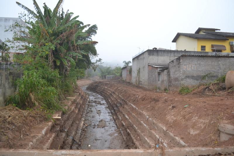 Após 2 meses, governo municipal começa a limpeza do Córrego da Piscina na região central